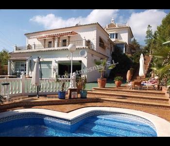 Villa privada con piscina y jardines en venta